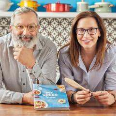 """Ioanna Pavlaki et Makis Georgiadis présentent le livre de recettes """"Ma Taverne Grecque"""". Crédit photo : PAVLOS TSOKOUNOGLOU"""