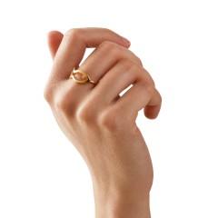 Bague Psaraki plaqué or 24 carats, portée sur une main