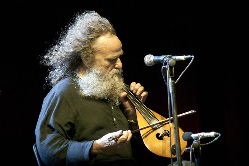 Psarantonis jouant de la lyre crétoise en Grèce