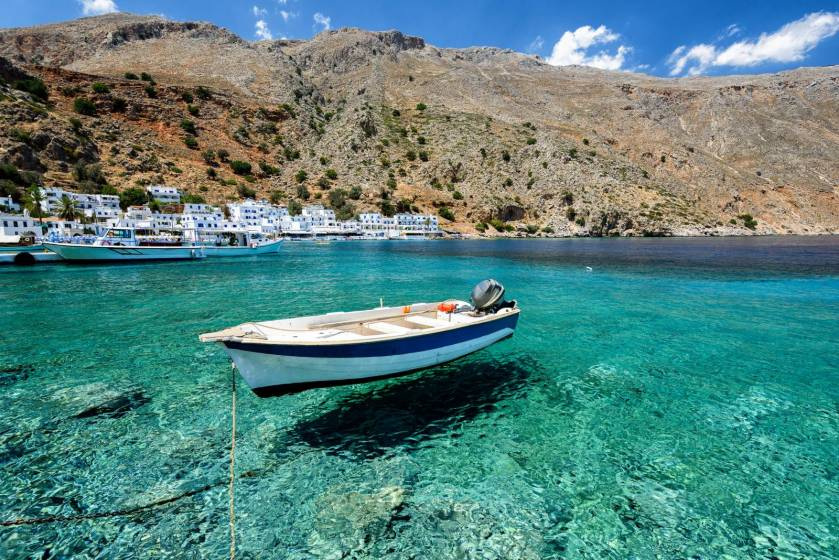 Loutro, bateau et mur turquoise dans un village de pêcheurs en Crète