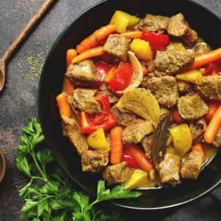 Poulet dans la casserole avec legumes photo