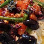 Feta au four avec des olives de Kalamata, des câpres et de l'origan grec