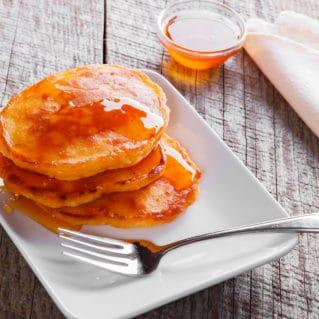 Tiganites ou pancakes à la grecque avec du miel