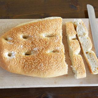 Lagana, pain au sésame grec tranché
