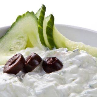 Tzatziki, célèbre salade grecque avec olives et concombre