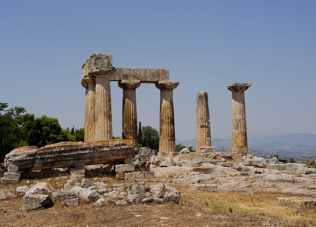 Le temple d'Appolon à Corinthe dans le Péloponnèse