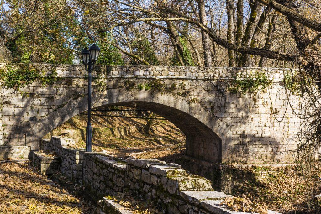 Vieux pont en Arcadie dans le Péloponnèse