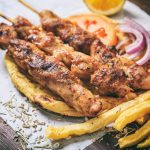 Pites pour souvlakia avec kalamakia et frites
