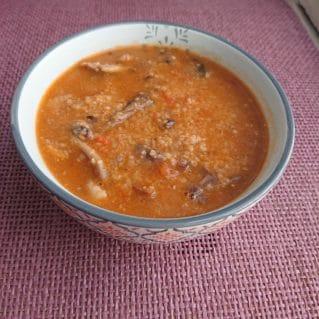 Trahanas aux tomates, champignons et onions