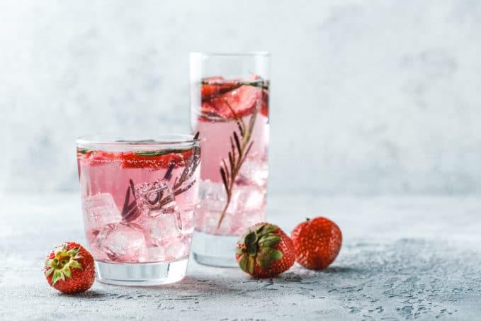 Cocktail Pink Collins avec du gin et du soda au pamplemousse rose ThreeCents
