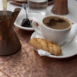 Le cafe grec et le mpriki avec le koulouraki et les griottes confites