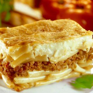 Pastitsio avec du béchamel et des pâtes grosses