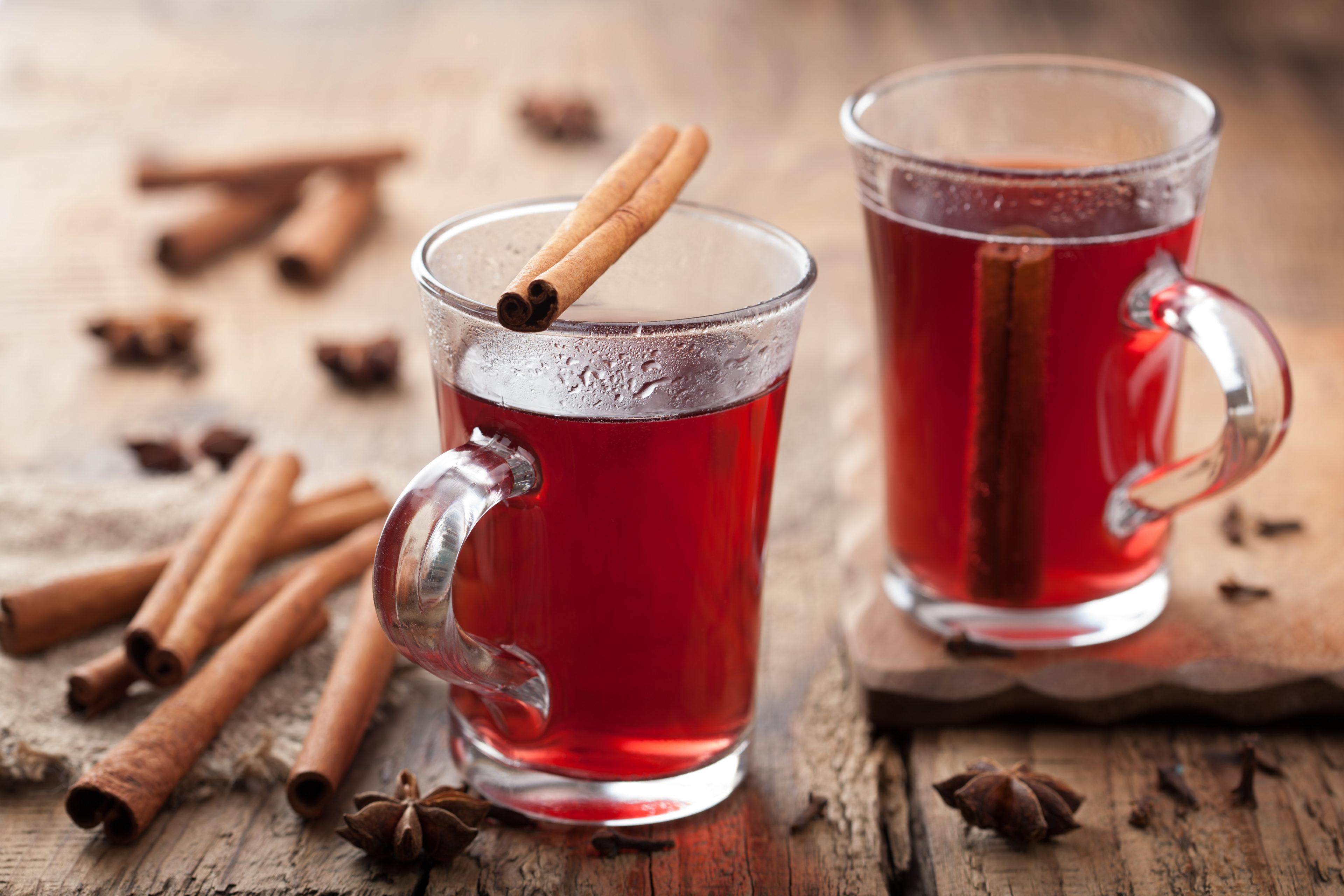 Deux tasses de thé des montagnes à la cannelle et clous de girofle