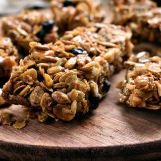 Granola fait maison aux pistaches, aux raisins, au miel, à l'huile d'olive et aux fruits à croquer