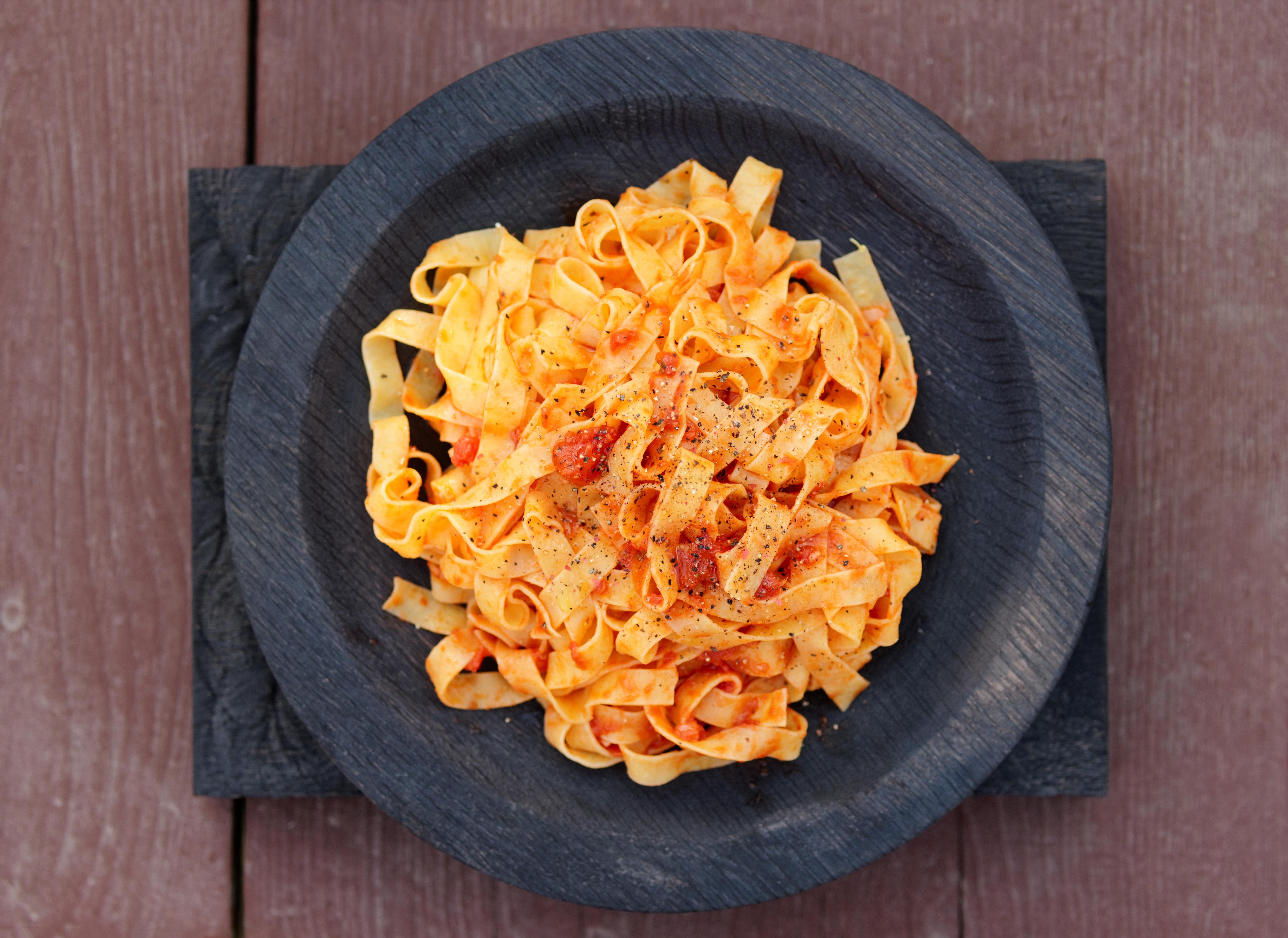 Hilopites-pates-traditionnelles-grecques-à-la-sauce-tomate