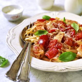 Rooster with hilopites, greek pasta