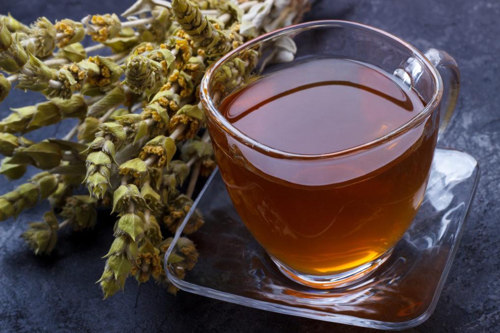 Le thé des montagnes, boisson avec les fleurs à côté