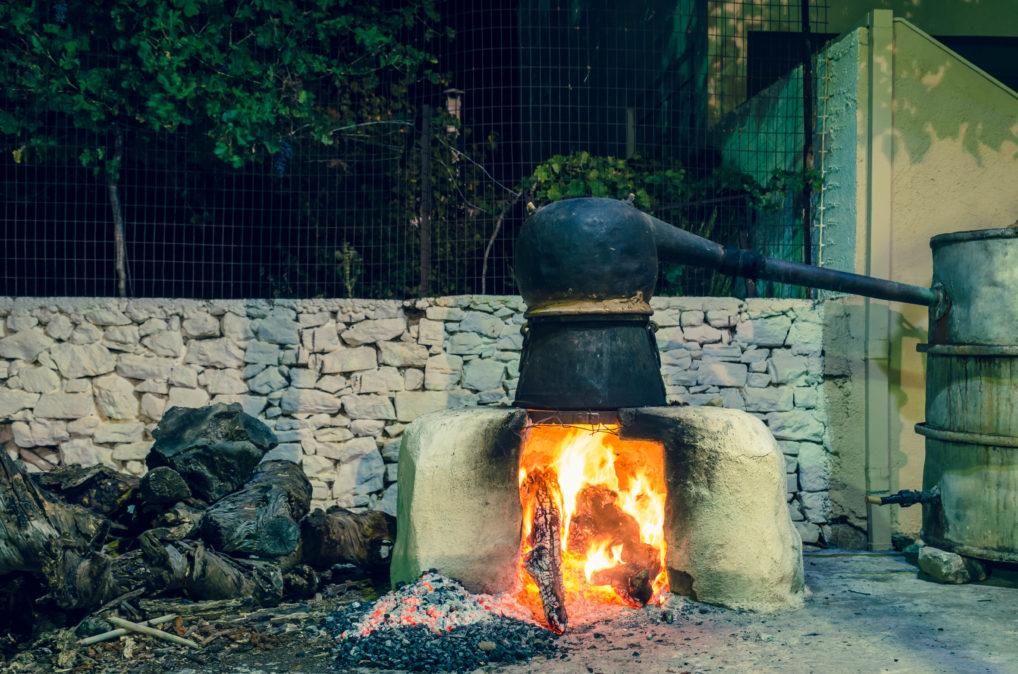 Distillation traditionnelle du raki en Crète