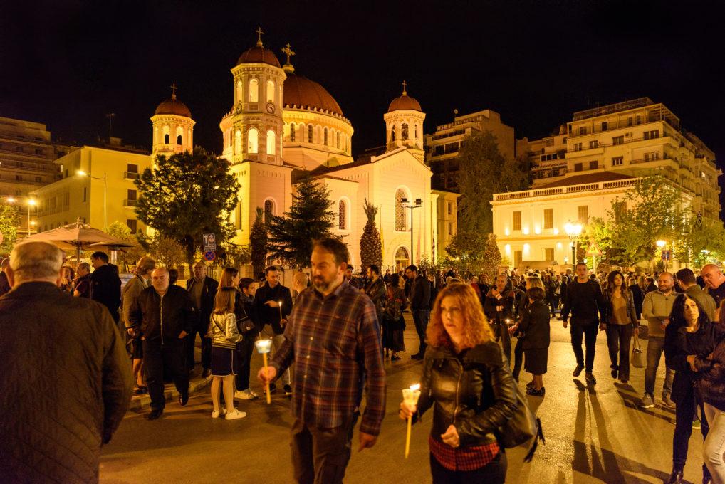 Du monde devant l'église qui attendent la sortie de l'épitaphios le vendredi saint à Théssalonique