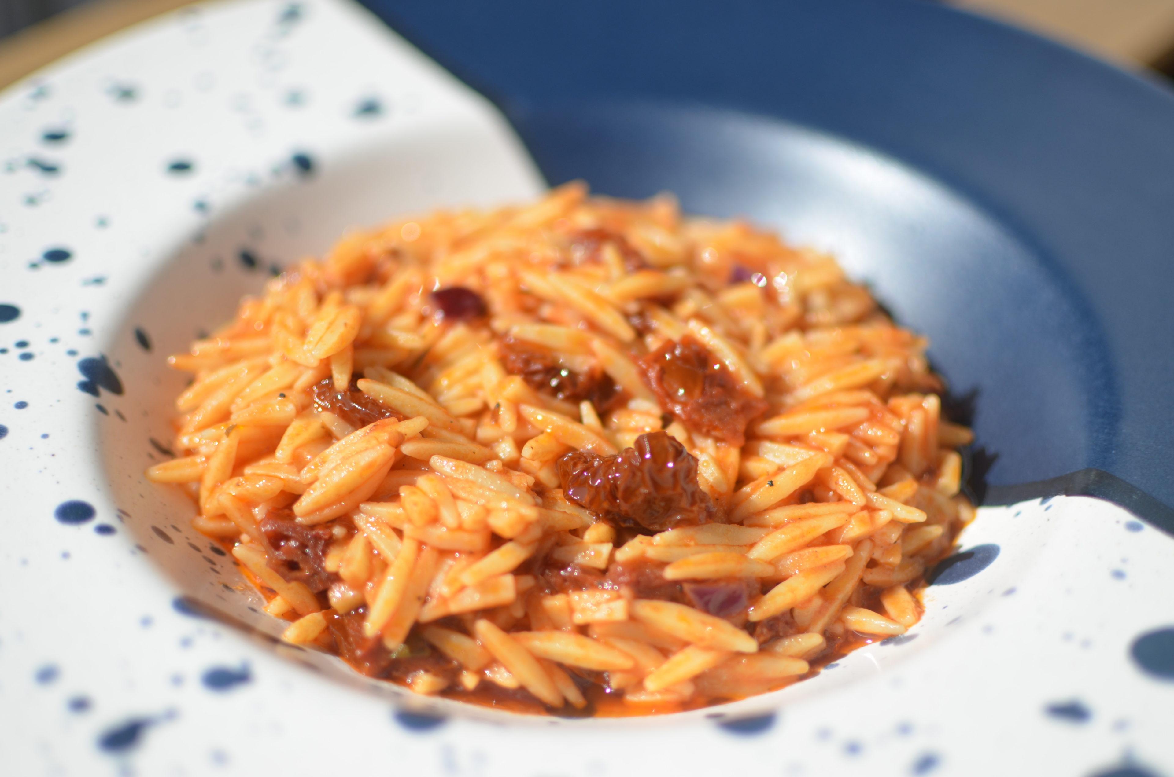 Giouvetsi aux tomates sechées, tomates et thym, avec des pâtes kritharaki