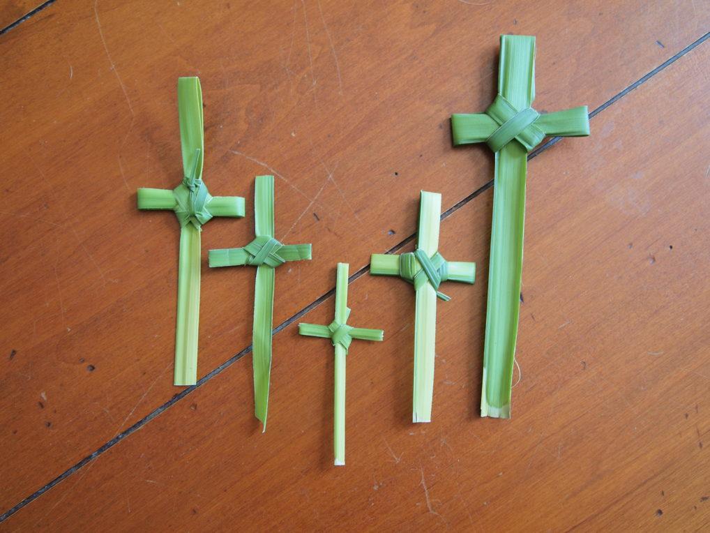 Des croix en rameaux, faites pour le Dimanche des Rameaux en Grèce.