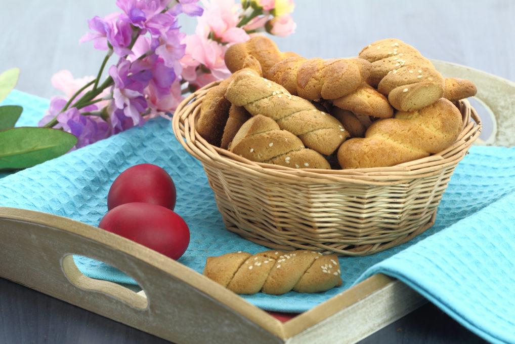 Les koulourakia de Pâques, des biscuits accompagnés avec des œufs rouges