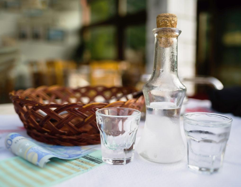 Raki crétois sur une table en Grèce