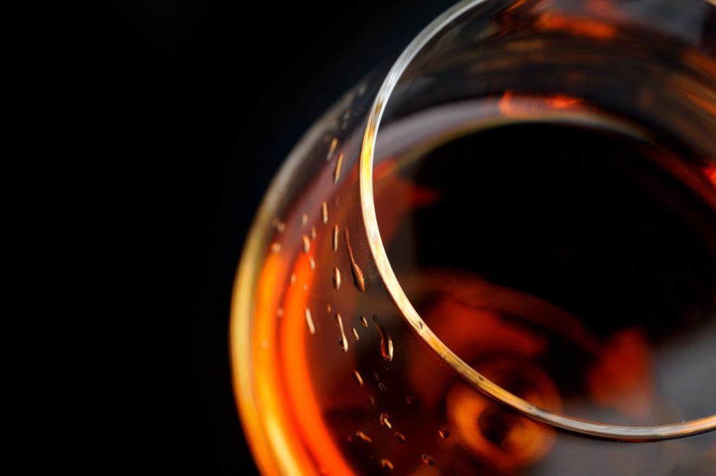 Un verre avec du brandy Metaxa 12 étoiles, servi comme digestif