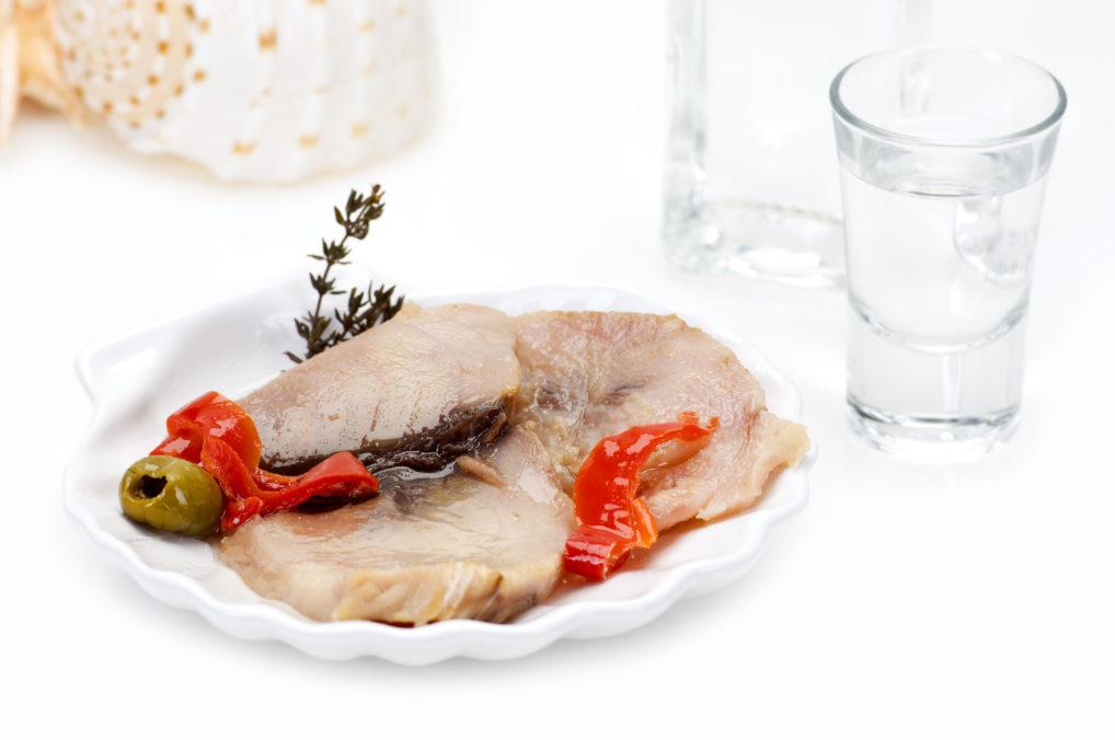Un verre de tsipouro avec de la lakerda, un mezze de poisson