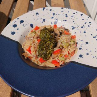 Youvetsi aux légumes et au fromage, avec du kritharaki, un plat sain