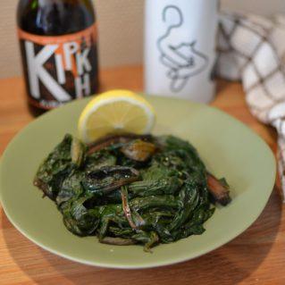 Un plat de horta vrasta (feuilles de blettes) à l'huile d'olive extra vierge, accompagné par une bière grecque artisanale