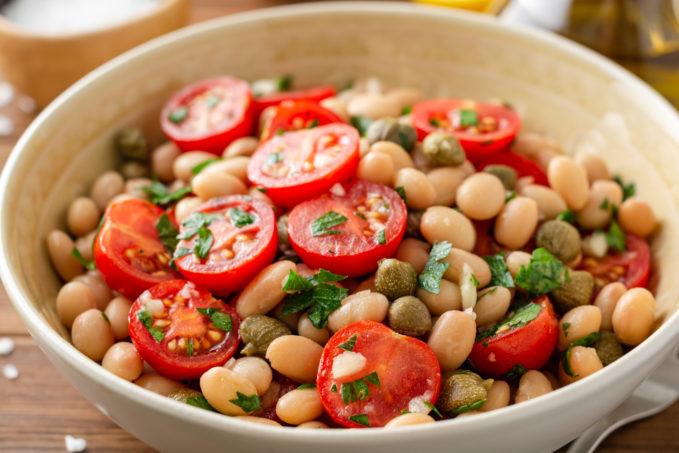 Fasolia salata, salade vegan de haricots blancs, câpres sauvages de Tinos et à l'huile d'olive extra vierge grecque
