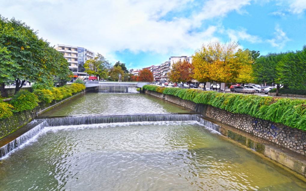 La rivière de Lithaios avec un pont qui lie la ville de Trikala