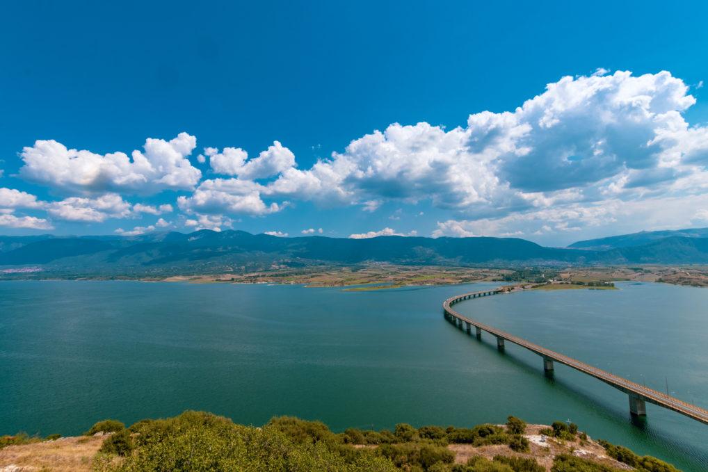 Le lac de Polyfytos et le pont de Servia à Kozani, au nord de la Grèce
