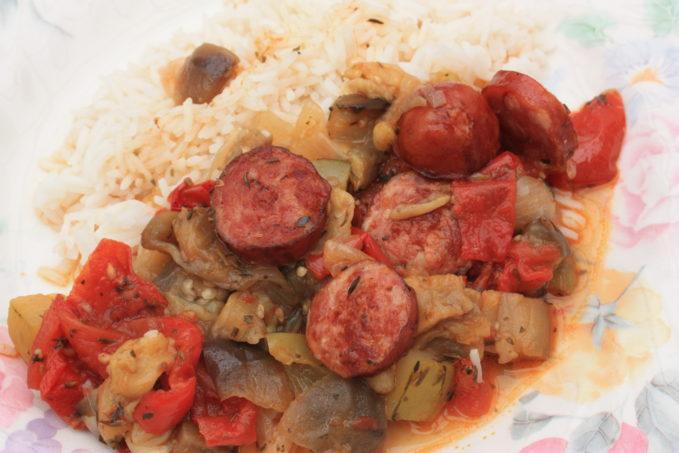 Spetzofai aux saucisses de Toulouse, poivrons, aubergines, tomates et riz