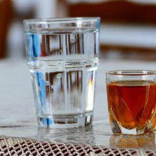 Le rakomelo, la boisson chaude crétoise au raki et miel