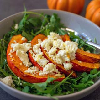 Salade de courge rôtie aux épinards frais et à la feta