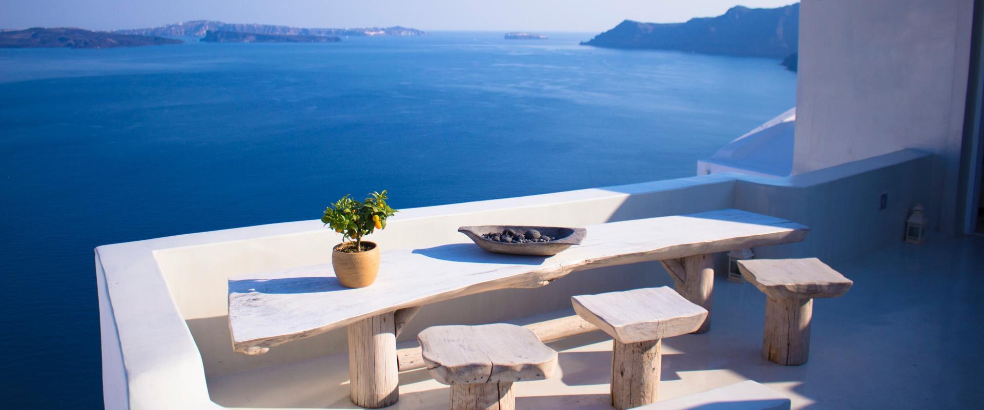 Table en terrasse d'une île grecque au bord de mer avec des produits grecs