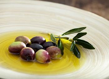 Huile d'olive grecque et olives de Kalamata dans un plat traditionnel de Grèce