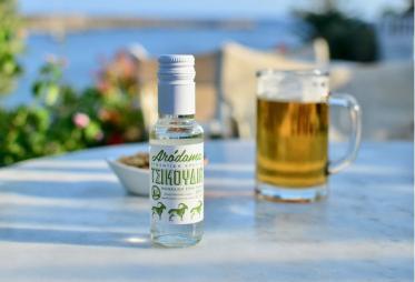 Terrasse en bord de mer à Cythère avec des boissons posées sur une table